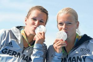 dpatopbilder Franziska Weber (L) and Tina Dietze of Germany kiss their Silver medals during the medal ceremony after the Women's Kayak Double 500m Final during the Canoe Sprint events at Lagoa Stadium during the Rio 2016 Olympic Games in Rio de Janeiro, Brazil, 16 August 2016. Photo: Soeren Stache/dpa +++(c) dpa - Bildfunk+++